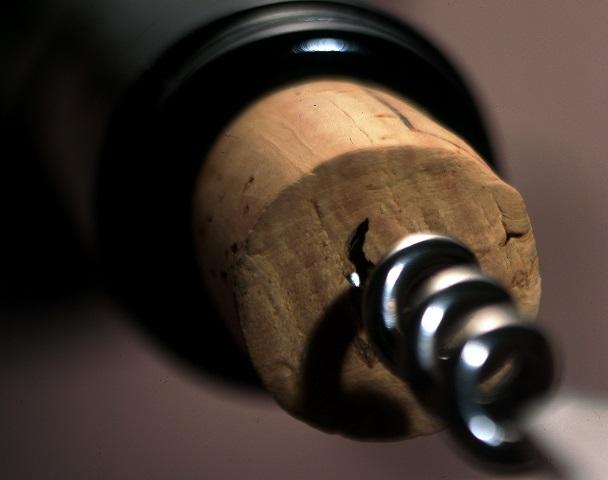 extracting-a-natural-cork_apcor.jpg