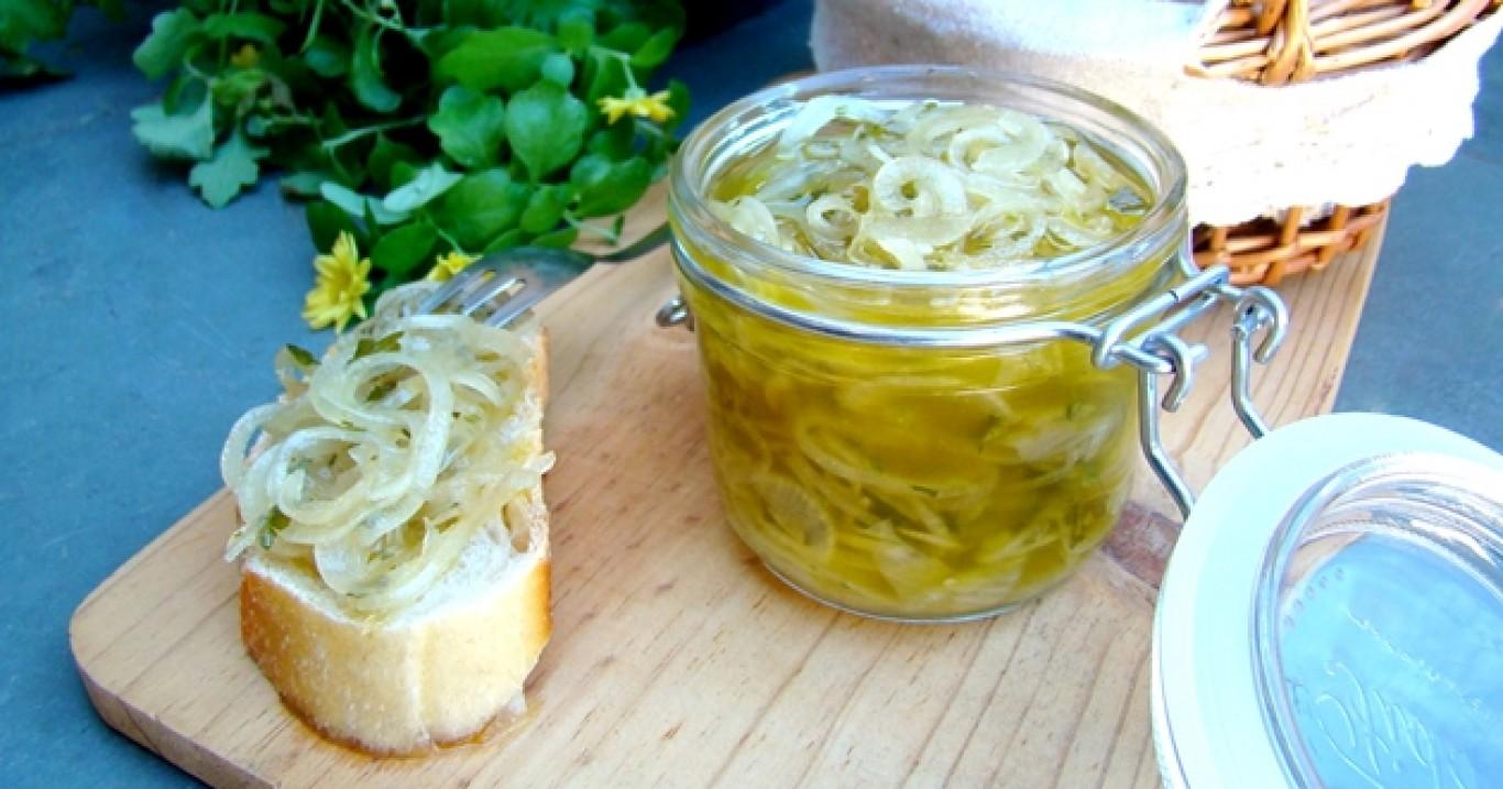 Antepasto de cebolas curtidas no azeite