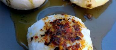 Burrata ou muçarela de búfala com azeites temperados