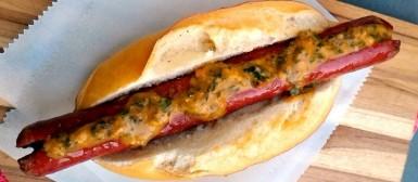 Choripán com molho chimichurri (sanduíche argentino de linguiça)