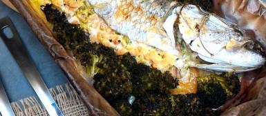 Peixe recheado com creme de camarõezinhos e assado com brócolis