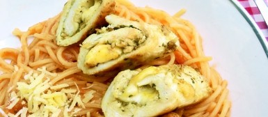 Rolê de frango com queijo ao molho pesto