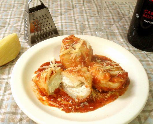 Conchiglioni ripieni di formaggi al pomodoro (Conchas de macarrão recheadas com queijos ao molho de tomate)