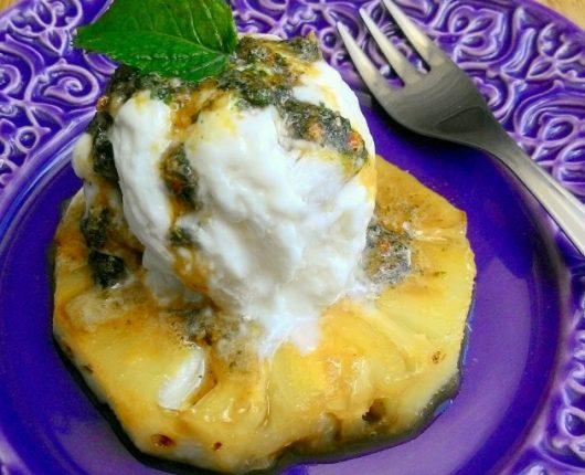 Abacaxi flambado com sorvete e pesto doce de hortelã