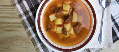 Afogado (caldo quente com cubos de carne, batata e temperos verdes)