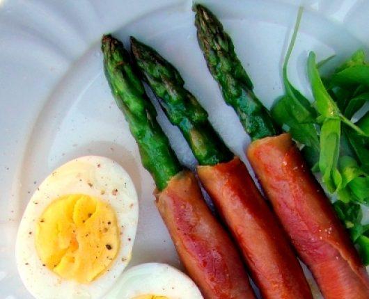 Aspargos grelhados com presunto de parma e ovo cozido