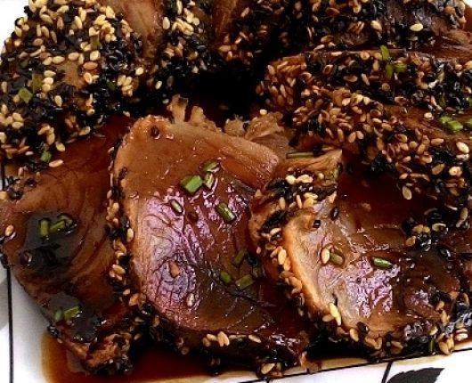 Atum com crosta de gergelim e molho agridoce (Atum Tataki)