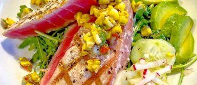 Atum selado com salada fresca e vinagrete de milho