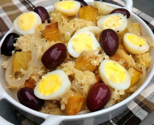 Bacalhau à Brás (com cebolas, batatas douradas, azeitonas e ovos)
