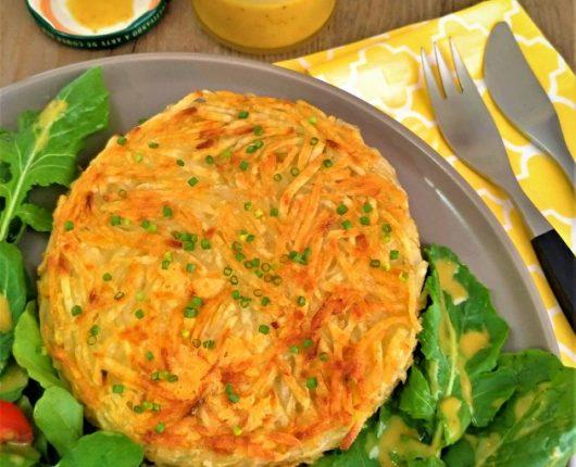 Batata rosti de queijo com salada e molho especial