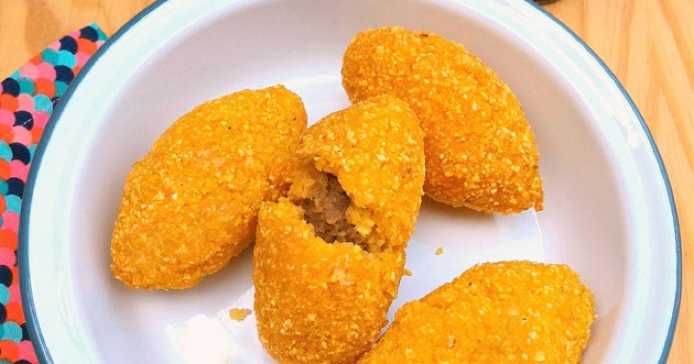 Bolinho caipira (massa de milho com recheio de carne)