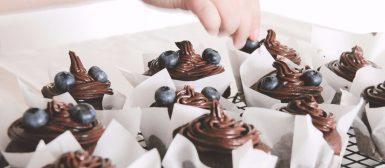 Cupcake de chocolate com cobertura de chocolate e cream cheese