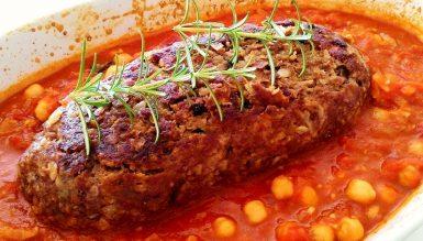 Bolo de carne com bacon ao molho de tomate com grãos de bico