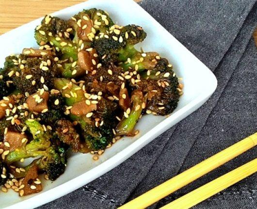 Brócolis no shoyo com alho e gergelim