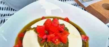 Burrata com pesto e tomatinhos