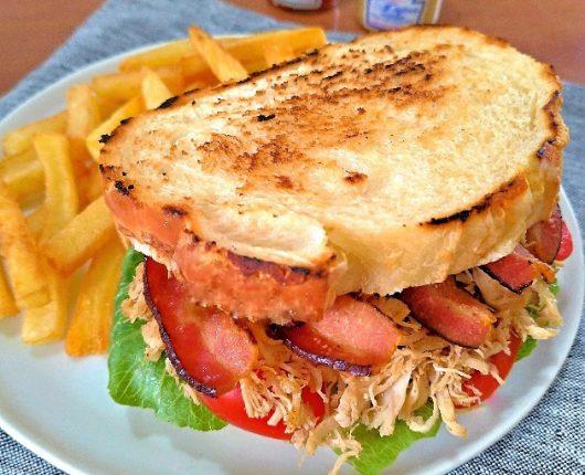Club sandwich (com frango, bacon, alface e tomate)