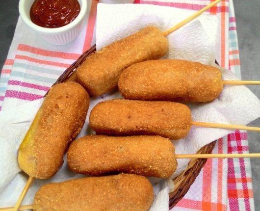 Corn dogs (salsichas empanadas em massa de milho)
