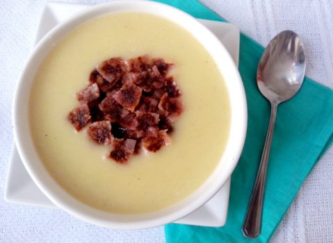 Sopa creme de mandioquinha com croutons de salame