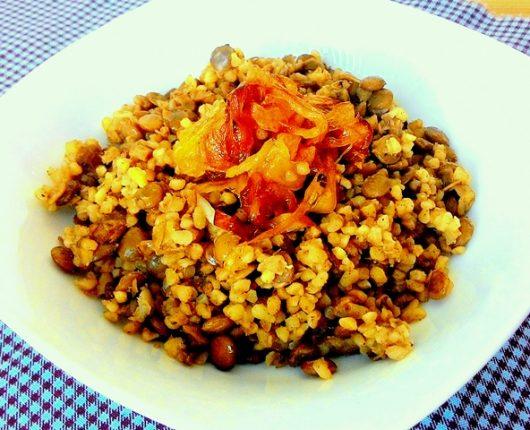 Cuscuz marroquino com lentilhas e cebola caramelizada na canela
