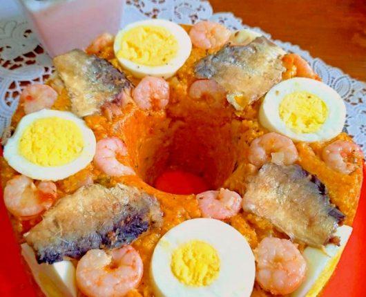 Cuscuz de camarões com sardinha e ovos