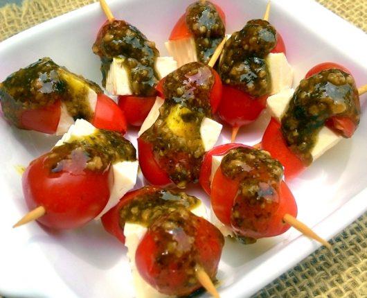 Espetinhos caprese de queijo branco com tomate e pesto