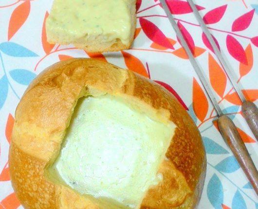 Fondue de gorgonzola no pão italiano