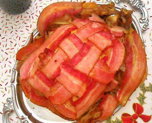 Frango assado com bacon trançado