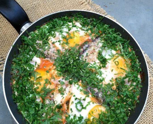 Frigideira portuguesa com ovos e sardinhas