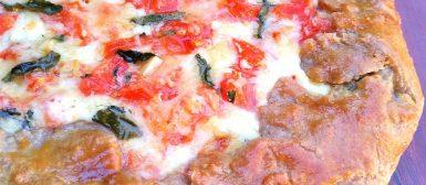 Galette de muçarela com tomate e manjericão