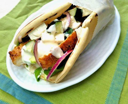 Gyros de frango (sanduíche grego com legumes)