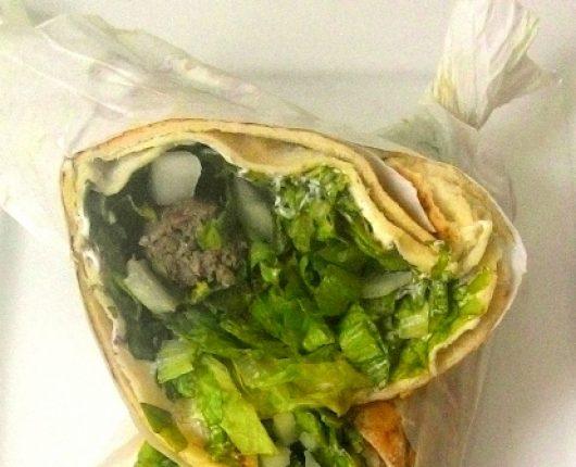 Kebab de kafta (sanduíche de carne no pão sírio)
