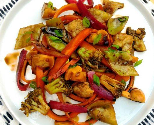 Fettuccini de cenoura salteado com vegetais à oriental