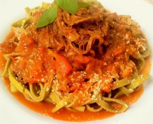 Molho de tomate com carne assada desfiada