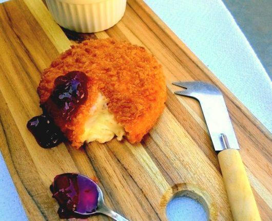 Camembert empanado com geleia caseira de framboesas