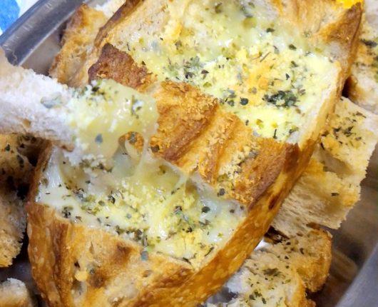 Pão recheado com queijos ao forno