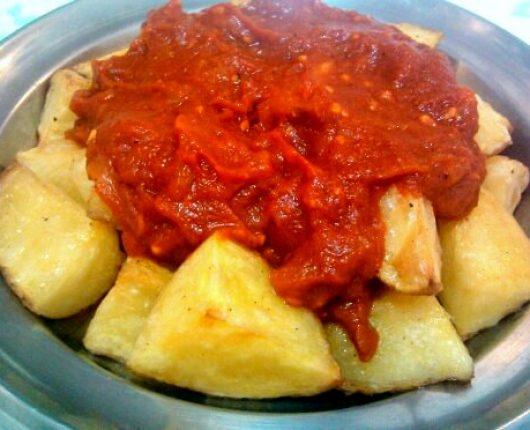 Papas bravas (batatas com molho de tomate picante)