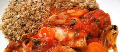 Peixe assado no molho com legumes
