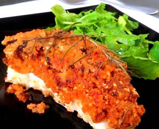 Peixe assado com crosta de tomates secos