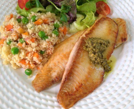 Peixe grelhado e cuscuz com legumes (pronto em 12 minutos!)