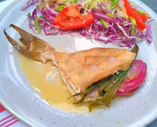Peixe recheado com vegetais ao forno
