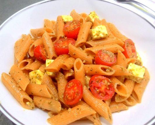 Penne ao pesto com tomatinhos e queijo feta