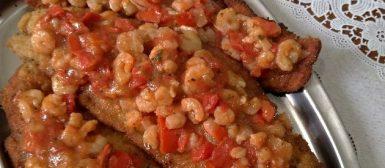 Pescada à milanesa com molho de camarão