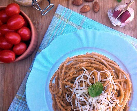 Molho pesto alla trapanese (com manjericão, amêndoas, tomatinhos e parmesão)