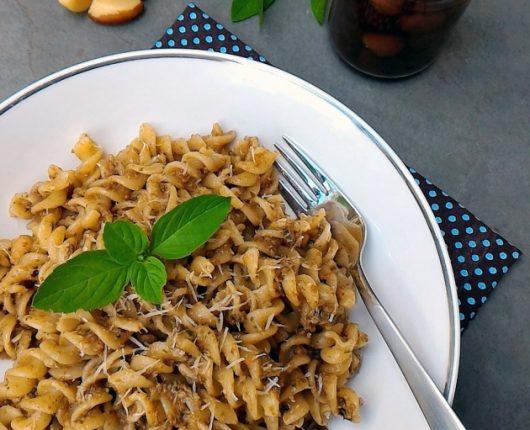 Molho pesto negro (Pesto nero, com azeitonas, manjericão, castanhas e alho)