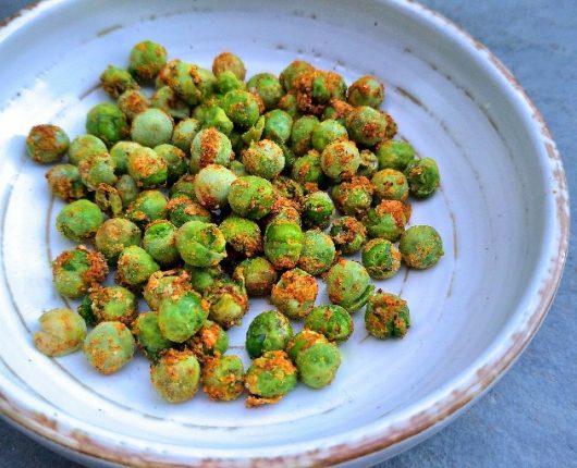 Petisco crocante de ervilhas com especiarias