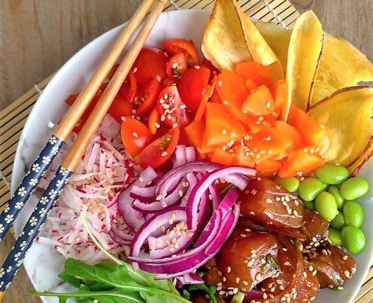 Poke colorido com atum fresco