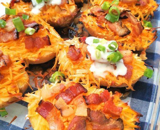 Potato skins (barquinhas de batata com queijo e bacon)