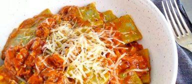Ravioli de pobre com espinafre e molho de frango da Paola Carossella