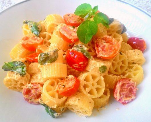 Ruote à caprese (massa com tomatinhos, manjericão fresco e queijo cremoso)