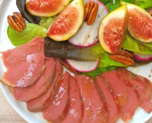 Salada com figo, nozes e pato